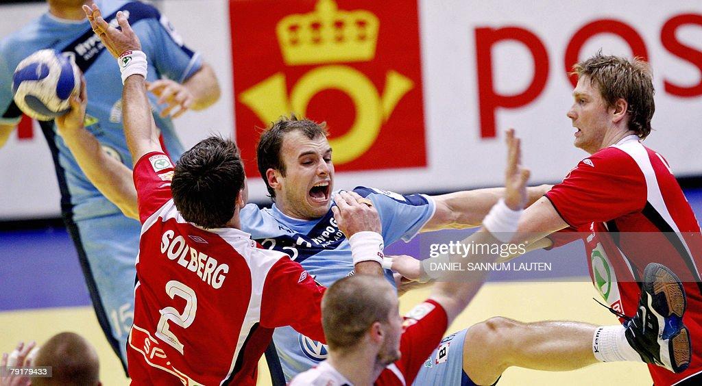 Slovenia's Uros Zorman (C) vies for the ball with Norway's Glenn Solberg (L) and Jan Thomas Lauritzen during their 8th Men's European Handball Championship Main Round match, 23 January 2008 at the Stavanger Idrettshall. Slovenia won 33-29.