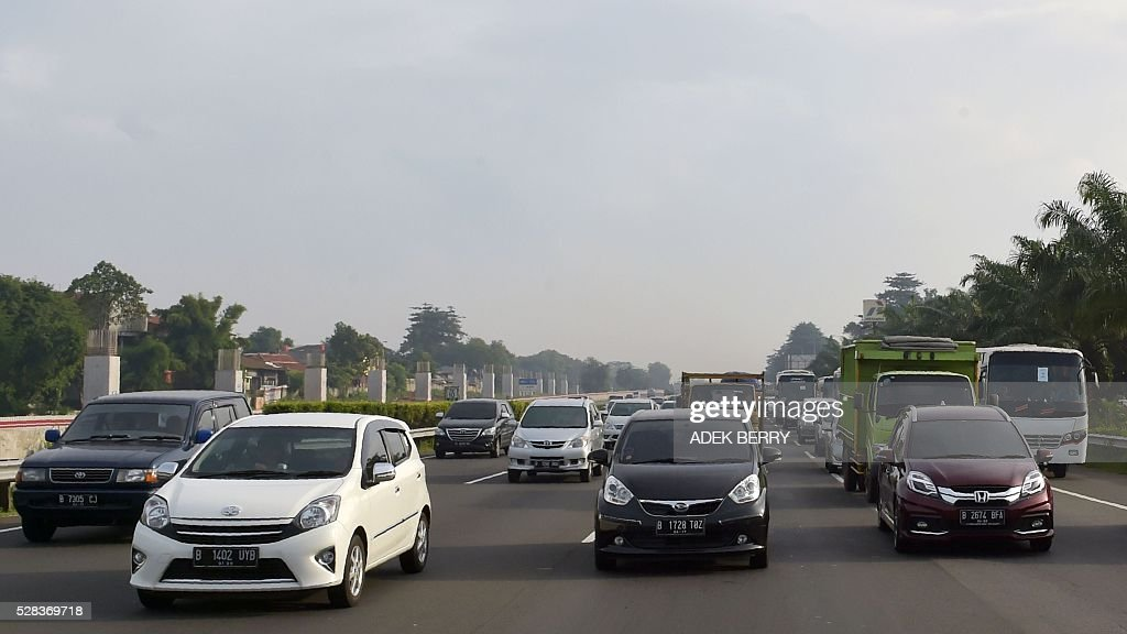 Slow traffic is seen on a highway as a long weekend begins in Jakarta on May 5, 2016. Indonesians are enjoying two consecutive religious holidays, the Ascension of Jesus Christ and the Mikraj of Prophet Muhammad. / AFP / ADEK