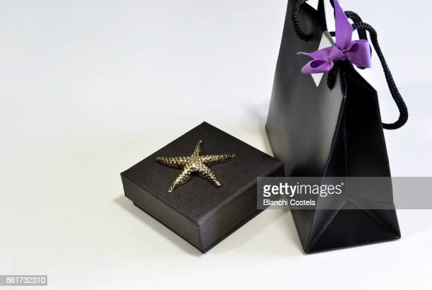 A small bag and a gift box in black color