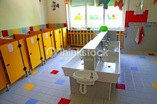 Peque A Ba Os Y Lavamanos En Una Escuela Para Ni Os