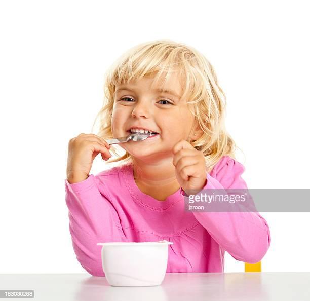 Kleine schöne Mädchen Essen einen yoghourt