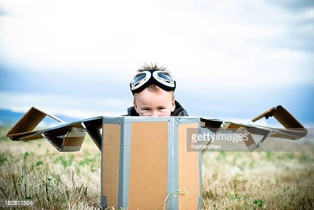 Pequeño niño en un avión casera