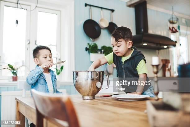 Kleine Jungen Backen in der Küche