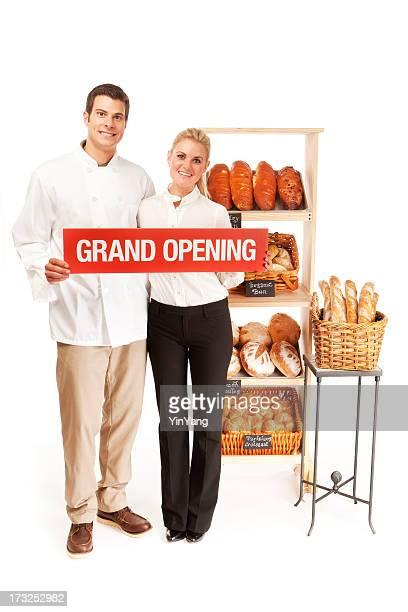 Kleinunternehmen Eigentümer mit Bäckerei Große Eröffnung-Schild auf Weiß