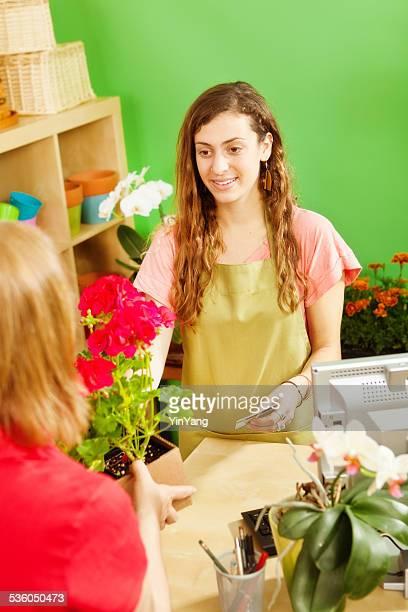 Kleine Business-Läden Florist Kassierer mit Kunden im Garten-Center