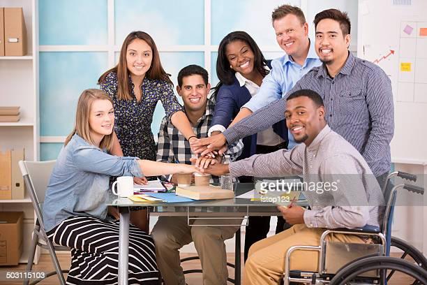 Kleinunternehmen, starten.   Kreative junger Erwachsener Kollegen zusammenzuarbeiten.