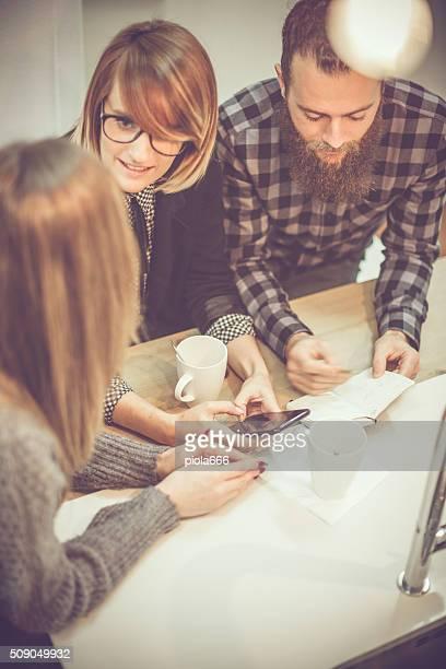 Petite entreprise de démarrage équipe: briefing durant les vacances