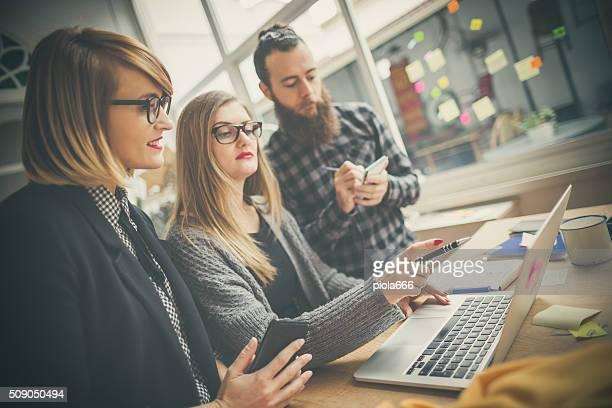 Petite entreprise de démarrage équipe: briefing sur ordinateur portable