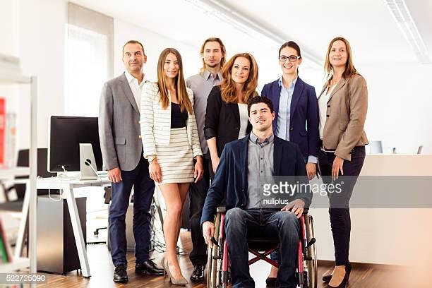 Petite équipe d'affaires dans leur bureau
