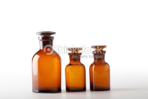 piccole bottiglie di vetro chimica foto stock thinkstock