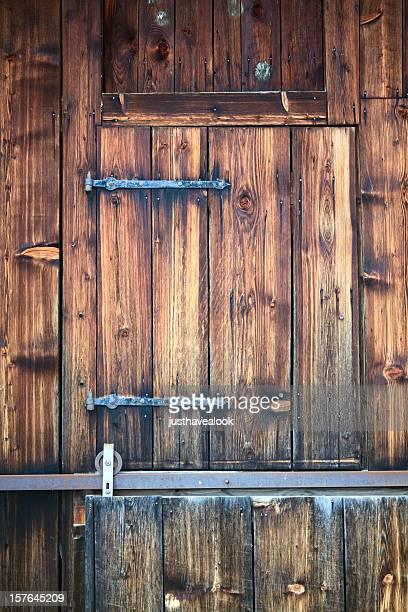 Petite porte d'une ancienne grange