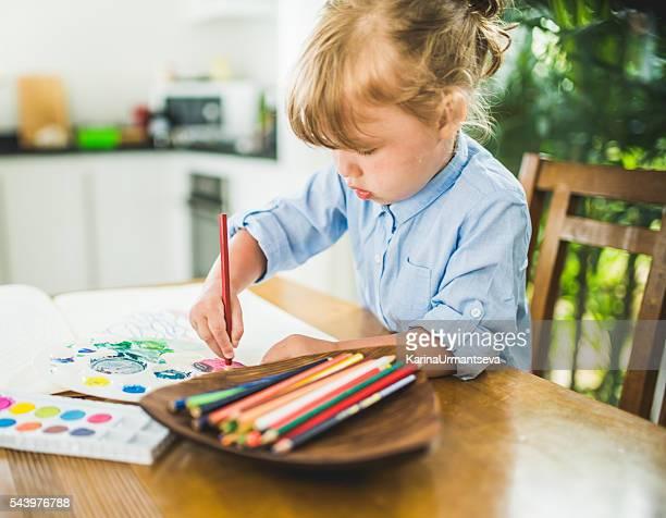 Kleines Mädchen Färben der Buchung