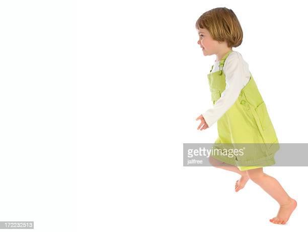Kleine Mädchen im Kleid auf weißem Hintergrund laufen