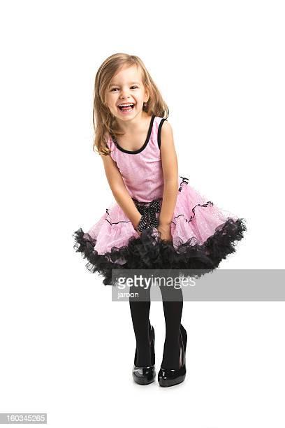 Kleine Mädchen im rosa Kleid mit ihrer Mutter Schuh