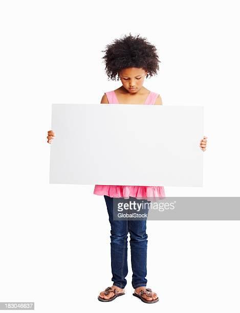 Pequena Menina olhando para baixo isolado no branco poster