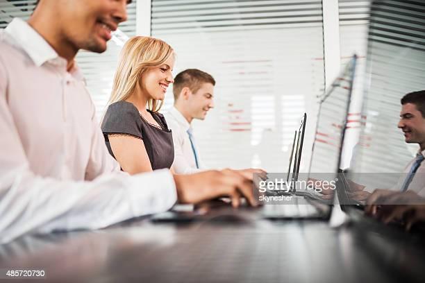 Kleine Gruppe von Geschäftsleuten auf einem computer ein seminar.