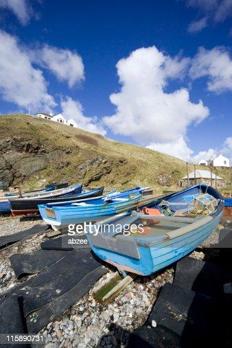 小さな港にボートでビーチ