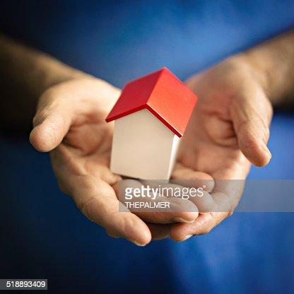 Petite maison tenir par un homme senior