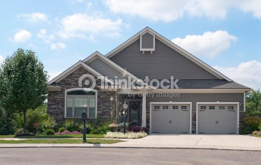 piccola casa con garage doppio foto stock thinkstock