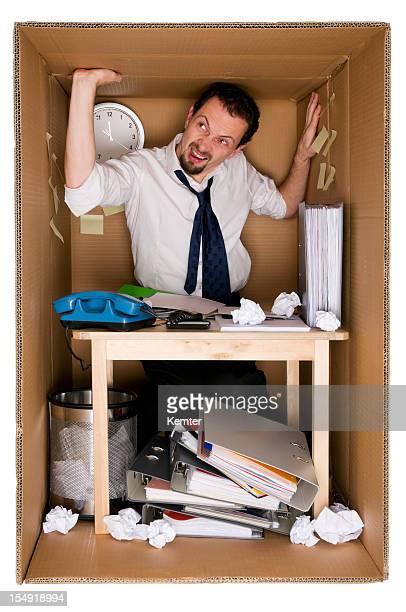 Pequeña oficina en una caja de cartón