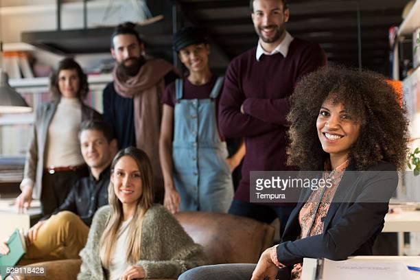Petit bureau avec hommes et femmes d'affaires à Barcelone.