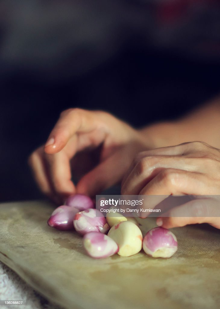 Small onions and hand : Stock Photo