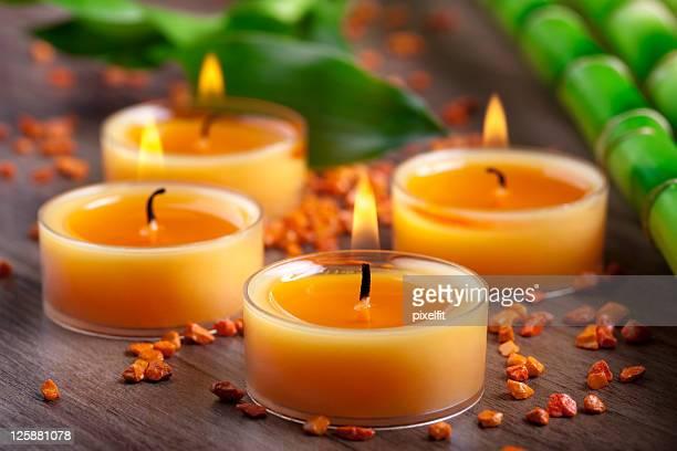 Petit orange des bougies et décorations en bambou de pierres