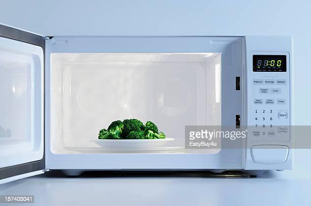 Un four à micro-ondes cuisine