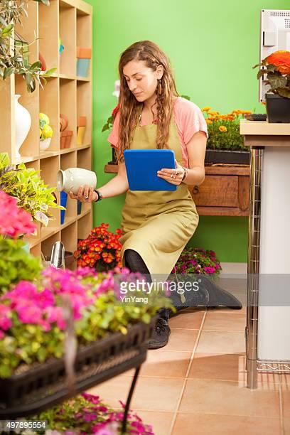 Asiatische kleine Einzelhandelsgeschäfte Flower Shop Worker bei Verfügbarkeit
