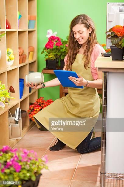Kleine Einzelhandelsgeschäfte Blume Shop Arbeiter bei Verfügbarkeit