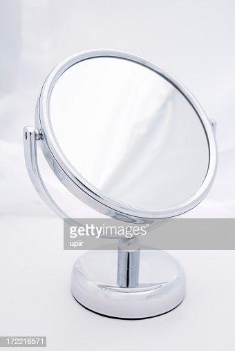 Femme miroir fond uni photos et images de collection for Miroir sans fond
