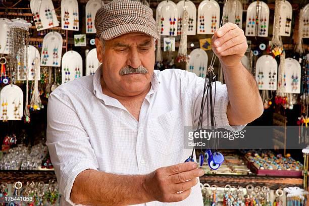 小さなお土産品店、所有者の前