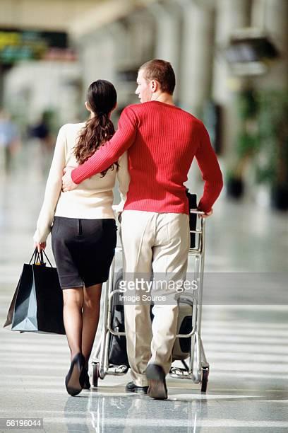 couple élégant à l'aéroport