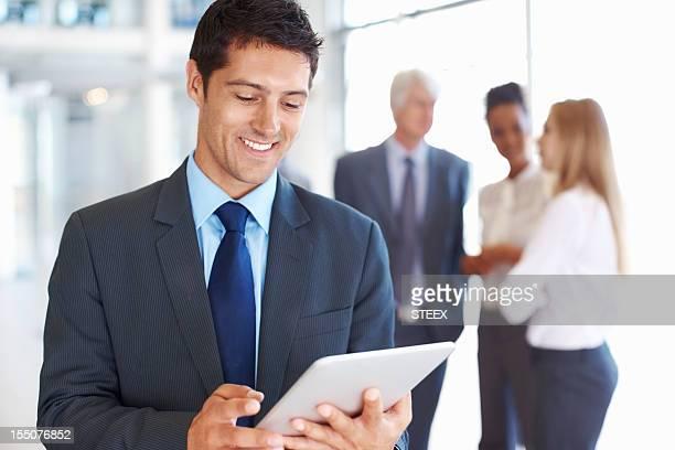 Smart executive Arbeit an elektronischen tablet