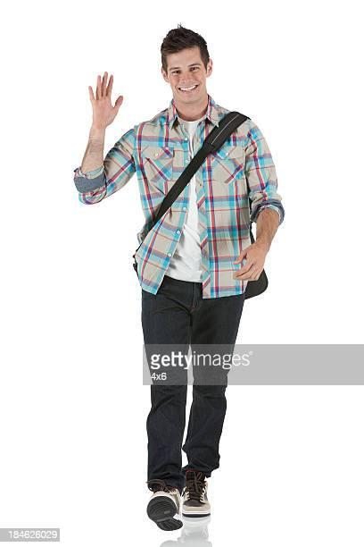 Élégant jeune homme agitant sa main