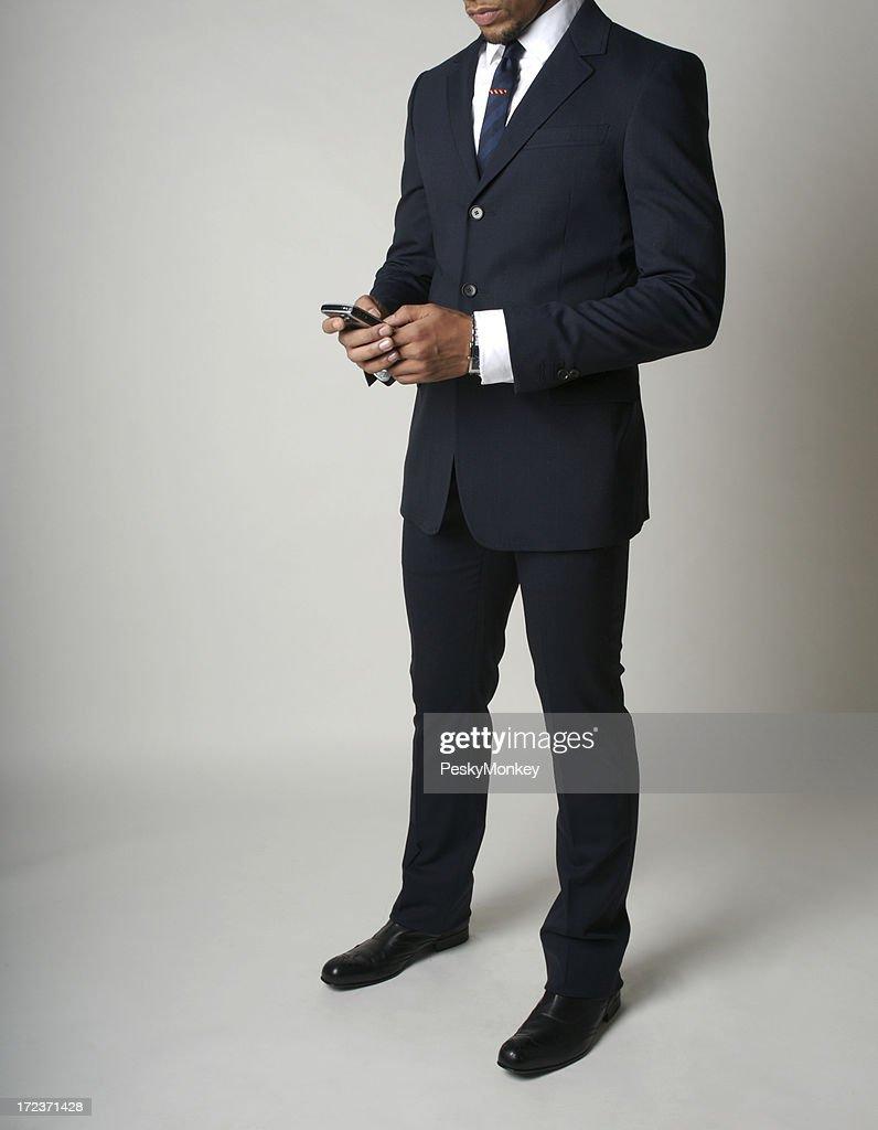 Abbigliamento elegante Uomo d'affari americano africano controlli il suo Smartphone : Foto stock