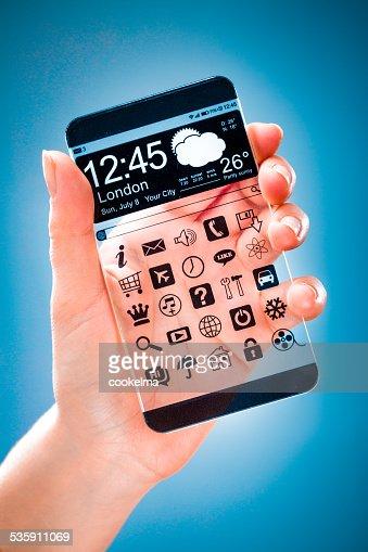 Smartphone com tela transparente em mãos humanas. : Foto de stock