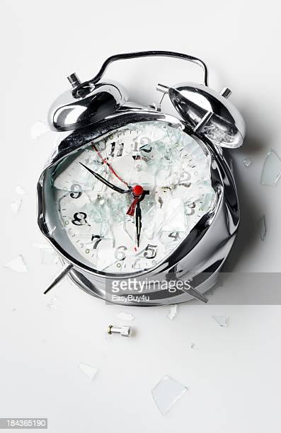 Destrozada reloj despertador