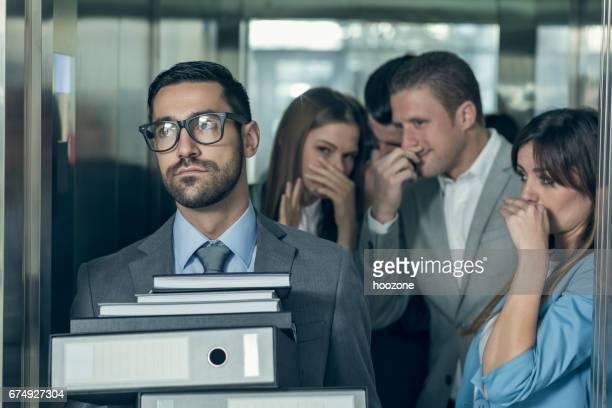 Stinkende Geschäftsmann Auswirkungen auf seine Kollegen in einem Aufzug