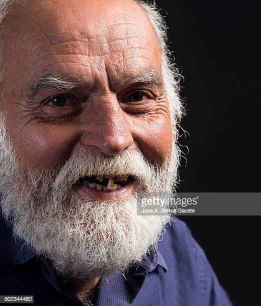 Smile of a man of white beard and without teeth