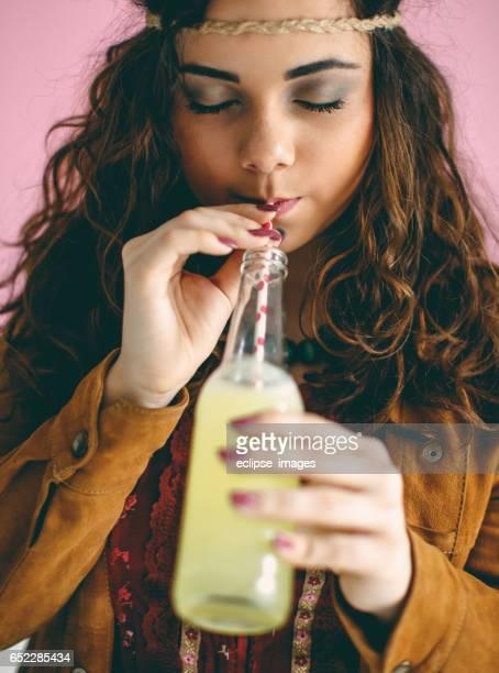 Mujer sonriente con botella de soda
