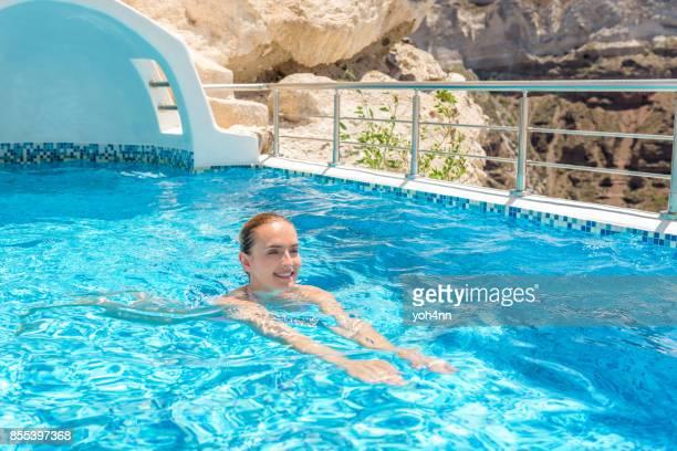 Sourire de femme active dans la piscine