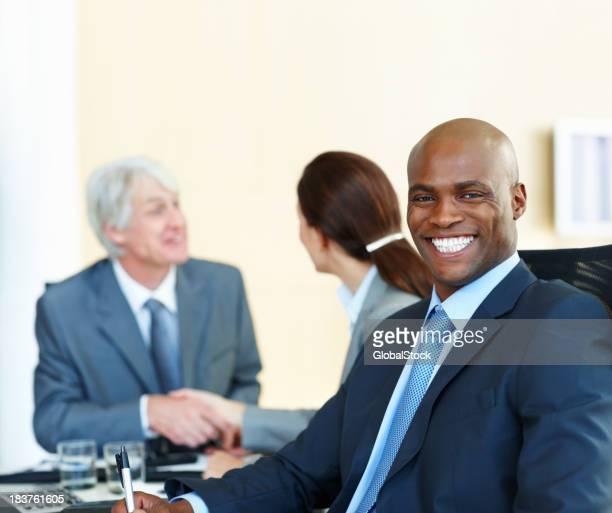 African American business Mann lächelt