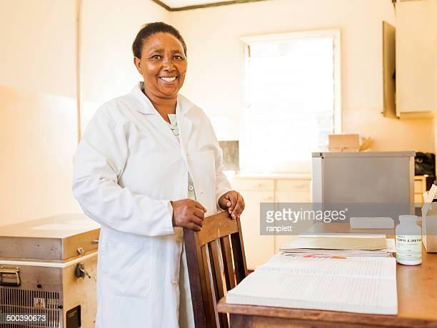 Sonriente enfermera africano