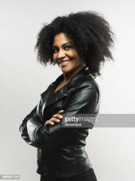 Lachende Afrikaanse vrouw camera kijken op grijze achtergrond