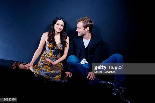 Smiling and relaxed attitude of Norah Jones and Jude Law posing sitting on the floor in the Palais des Festivals Cannes