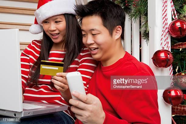 Sorridente coppia asiatica Natale shopping online