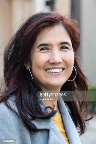 Lächelnde asiatische Reife Frau