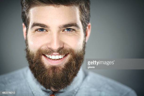 Souriant homme barbu.