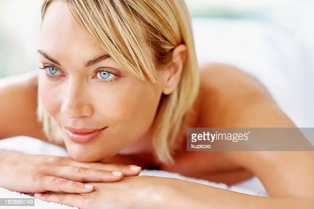 Souriant beau milieu adulte femme détente au spa